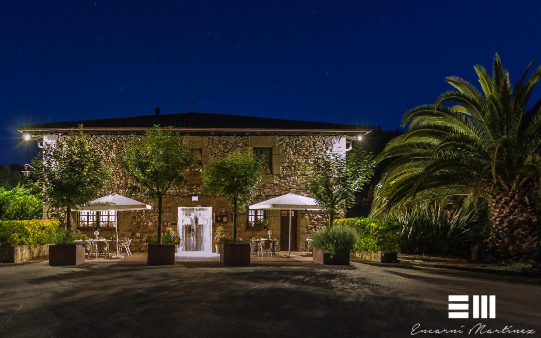 Fotografía exterior diurna y nocturna en Casa Rural Jesuskoa